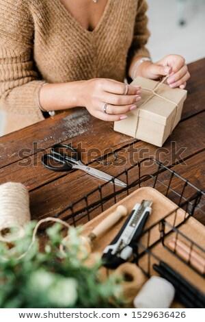 女性 · 紙 · 雪 · 木製 · 表 - ストックフォト © pressmaster