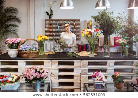 女性 · 作業 · 花屋 · 笑顔の女性 · 笑みを浮かべて · 作業 - ストックフォト © monkey_business