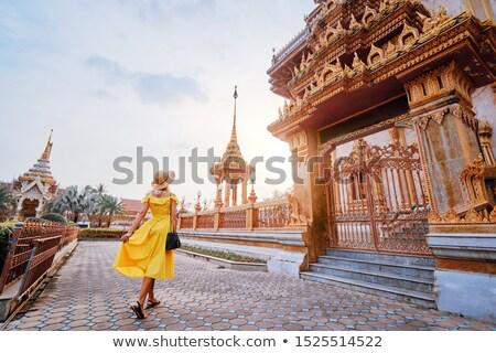 Kobieta turystycznych tajska świątyni niebo człowiek Zdjęcia stock © galitskaya