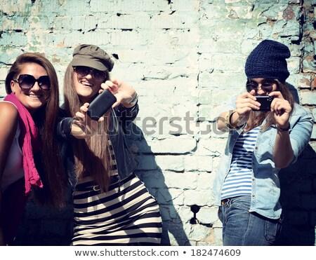 Młodych funky dziewczyna stwarzające dżinsy modny Zdjęcia stock © NeonShot