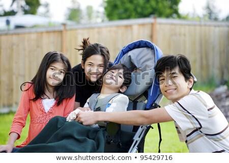 discapacidad · nino · silla · de · ruedas · familia · aire · libre · espacio - foto stock © jarenwicklund