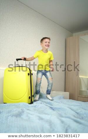 Feliz turista cama quarto de hotel família casa Foto stock © Nejron