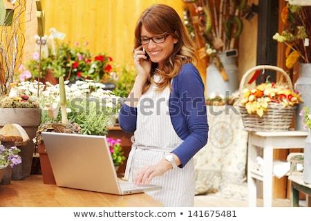 çiçekçi ayakta telefon depolamak Stok fotoğraf © snowing