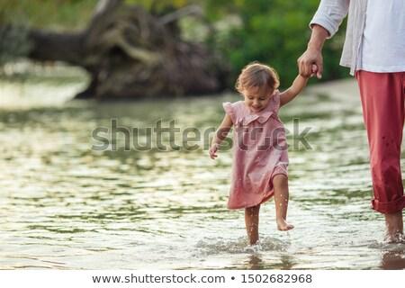 ストックフォト: 少女 · 演奏 · 手 · 両親 · 銀行 · 川