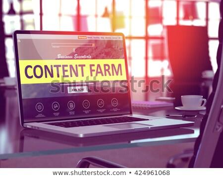 Laptop ekranu zawartość gospodarstwa nowoczesne pracy Zdjęcia stock © tashatuvango