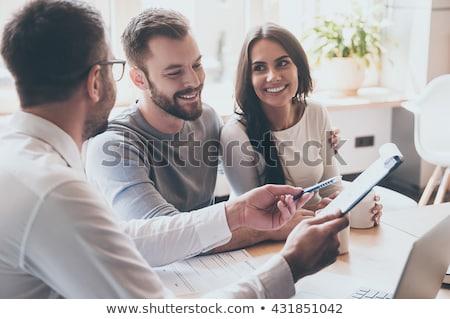 Jovem indicação documento consultor maduro Foto stock © pressmaster