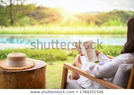 чтение за пределами довольно девушки книга задний двор Сток-фото © bigjohn36