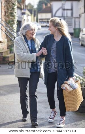 Pomoc starszy kobieta zakupy Zdjęcia stock © HighwayStarz