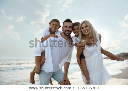 gelukkig · gezin · weinig · zee · hemel · water · familie - stockfoto © Paha_L