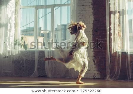kadın · ayakta · heyecanla · ayaklar · ev · kırmızı - stok fotoğraf © deandrobot