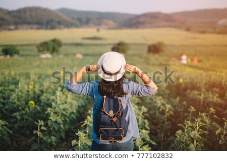 Jonge vrouw reiziger rugzak wandelen bergen vrouw Stockfoto © Yatsenko