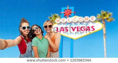 Feminino amigos Las Vegas assinar viajar Foto stock © dolgachov