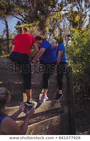 Mujer subir pared formación Foto stock © wavebreak_media