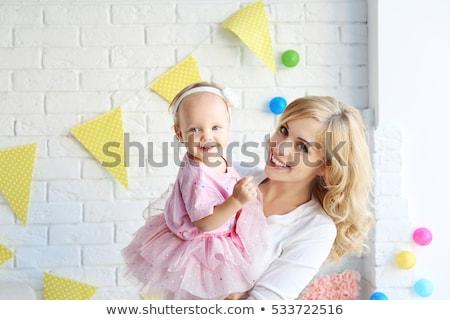 Menina pais casa festa de aniversário família férias Foto stock © dolgachov