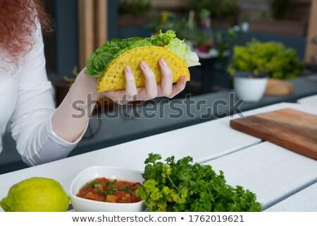 Mujer ensalada cocina casa femenino Foto stock © wavebreak_media