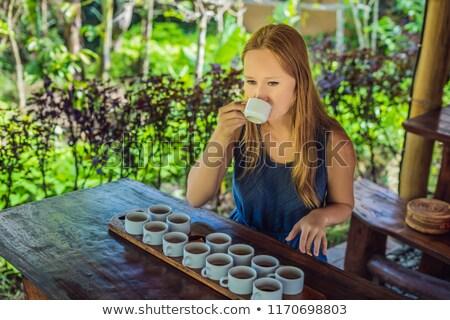 Jonge vrouw proeverij verschillend koffie thee tabel Stockfoto © galitskaya