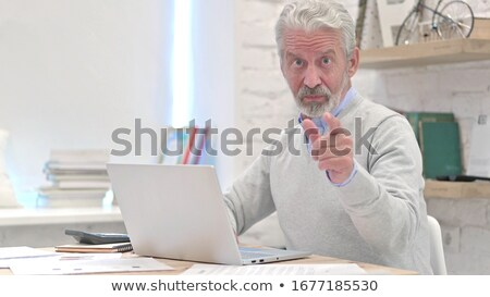 случайный старик указывая камеры широкоугольный фотография Сток-фото © feedough