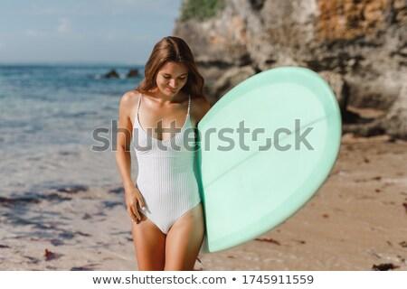güzel · gülen · sörfçü · kız · ayakta · plaj - stok fotoğraf © wavebreak_media