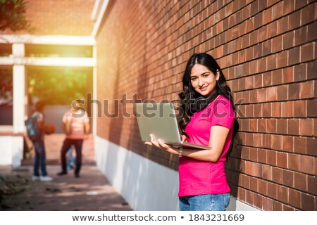 adolescente · souriant · caméra · portable · belle · adolescente - photo stock © deandrobot