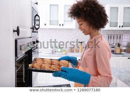 vrouw · dienblad · gebakken · croissants · oven · zijaanzicht - stockfoto © andreypopov