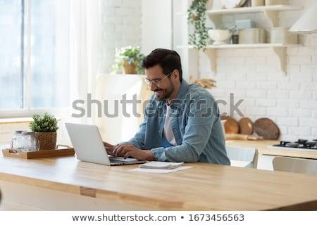 Freelancer internet diensten verbinding man met behulp van laptop Stockfoto © robuart