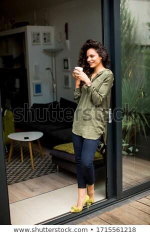 Jeunes cheveux bouclés femme regarder sur fenêtre Photo stock © boggy