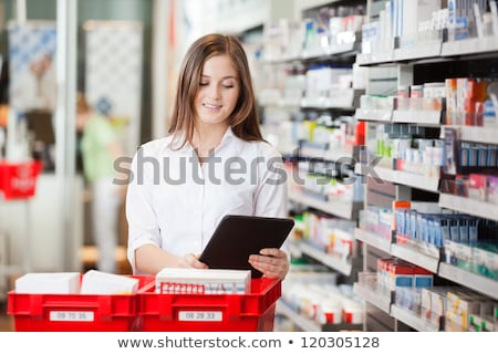 farmacista · assistente · farmacia · femminile · piedi · donna - foto d'archivio © dashapetrenko