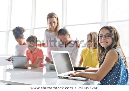 iki · sınıf · arkadaşları · dizüstü · bilgisayar · kullanıyorsanız · birlikte · sınıf · kız - stok fotoğraf © lopolo