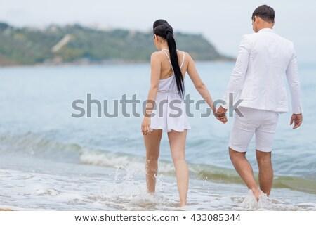 Vue arrière jeunes femme marche pieds nus Photo stock © wavebreak_media