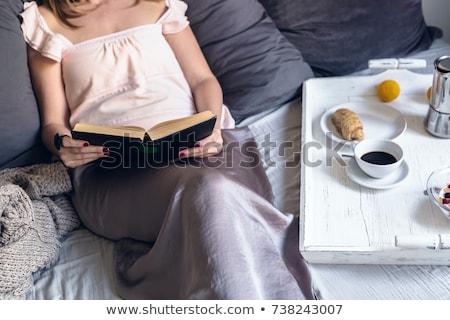 Zdjęcia stock: Młoda · kobieta · śniadanie · bed · dość