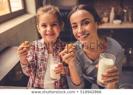 Jong meisje tabel muffin voedsel baby kind Stockfoto © IS2