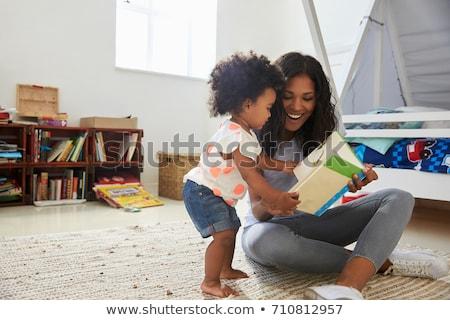 anya · lánygyermek · bent · olvas · könyv · mosolyog - stock fotó © dolgachov