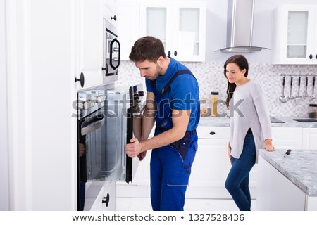 mulher · jovem · olhando · masculino · trabalhador · forno - foto stock © andreypopov