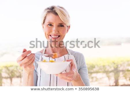 vrouw · appels · volwassen · glimlachende · vrouw · voedsel · appel - stockfoto © photography33