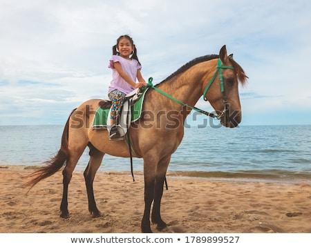 Meisje paardenrug blauwe hemel geluk permanente huisdier Stockfoto © IS2