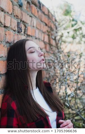Sonhador mulher parede mulher jovem bom parede de tijolos Foto stock © filipw