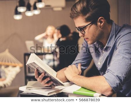 Estudante leitura prateleira de livros jovem atraente em pé Foto stock © lichtmeister