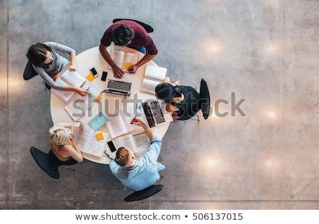 笑い · 小さな · 男子生徒 · 座って · 教室 · デスク - ストックフォト © photography33