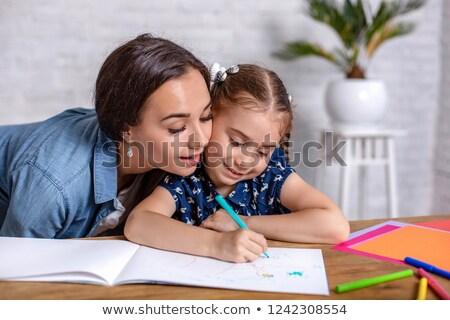 Foto stock: Alegre · mãe · ajuda · filha · lição · de · casa · mulher