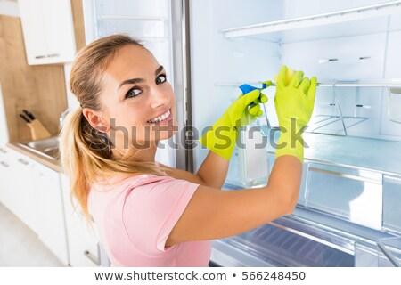Vrouw schoonmaken koelkast deur spray wasmiddel Stockfoto © AndreyPopov