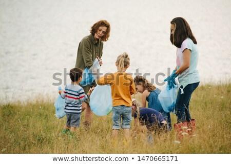 Kinderen verzamelen prullenbak rivier illustratie meisje Stockfoto © colematt