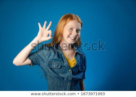 Gelukkig Rood tienermeisje tonen handteken Stockfoto © dolgachov