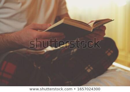 Stockfoto: Man · lezing · boek · bed · zijaanzicht · knap
