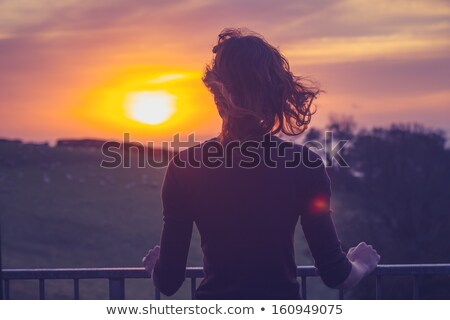 Ver de volta mulher varanda em pé moda Foto stock © deandrobot