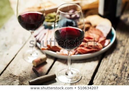 Formaggio salsicce vino rosso antipasto servito tavolo in legno Foto d'archivio © boggy