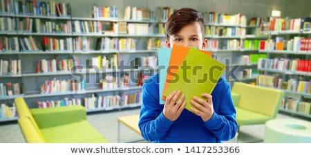 Verlegen student jongen verbergen achter boeken Stockfoto © dolgachov