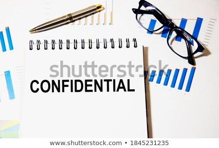 Confidencial palavra dobrador cartão foco informação Foto stock © tashatuvango
