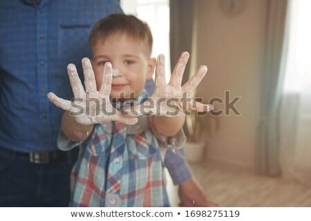 Uśmiechnięty chłopca niechlujny palmy kuchnia Zdjęcia stock © wavebreak_media