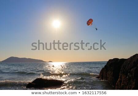 Fiatal nő repülés ejtőernyő tenger nő lány Stock fotó © galitskaya
