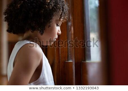 Widok z boku uczeń patrząc okno boisko do koszykówki szkoły Zdjęcia stock © wavebreak_media